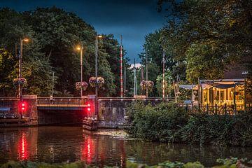 Avondopname van de Noorderbrug in Leeuwarden, Friesland van