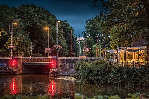 Avondopname van de Noorderbrug in Leeuwarden, Friesland von Harrie Muis