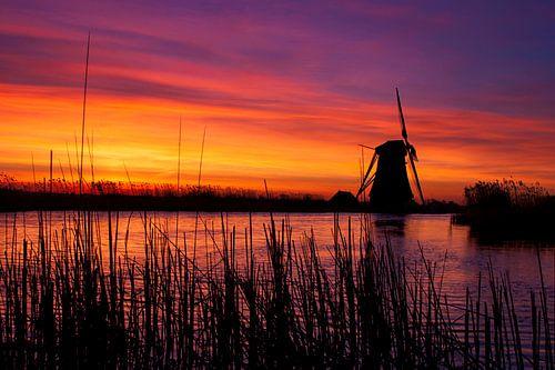 Vurige zonsopkomst langs de boezem nabij Groot Ammers van