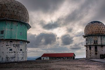 Oud NAVO Radarstation  Torre in Parque Natural da Serra da Estrela in Portugal. van Daan Duvillier