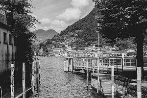 Zwart wit foto van oude brug in Sulzano, Italië van Olea creative design