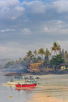 Traditionelle indonesische Fischerboote am Strand von Candidasa auf Bali von Marc Venema