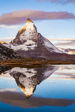 Zonsopgang bij de Matterhorn in Zwitserland van Werner Dieterich