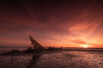 Scheepwrak bij zonsondergang. van Rick Ermstrang