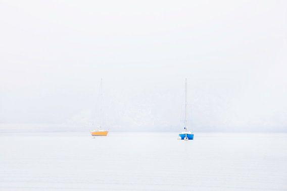 Zeilboot in de mist