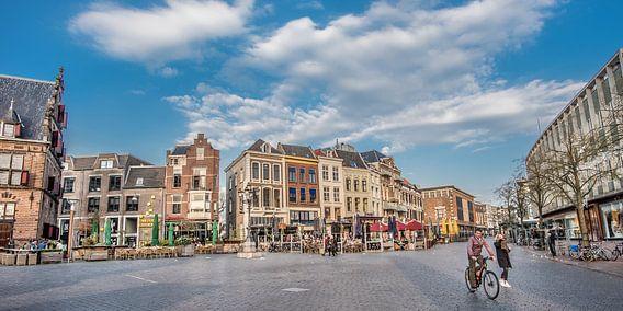 De Grote Markt in Nijmegen op een vroege voorjaarsavond