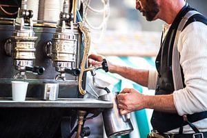Kop koffie gemaakt door vintage barista  van