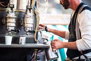Kop koffie gemaakt door vintage barista  van Fotografiecor .nl