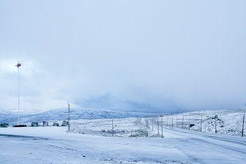 Besneeuwde weg, Noorwegen von Gijs de Kruijf
