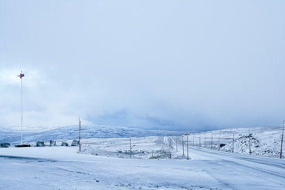 Besneeuwde weg, Noorwegen van Gijs de Kruijf