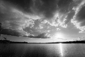 Avondzon met donderwolken van Diana Kors