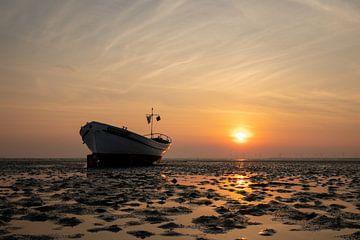 zonsondergang met bootje op het strand van Eddie Anthonisse