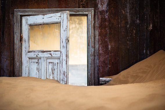 Detail van een huis in spookstad Kolmanskop, Namibië