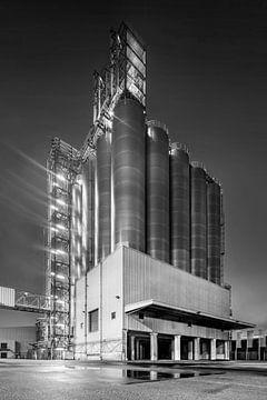 Nachtszene mit zylindrischen Silos auf Industriegebäude, Antwerpen von Tony Vingerhoets