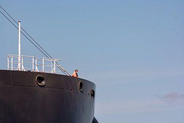 Zeeman op de uitkijk op de boeg op een bulkcarrier. van scheepskijkerhavenfotografie