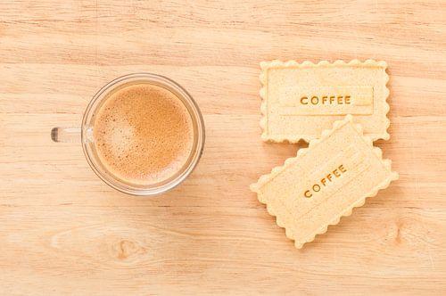 Twee koekjes met Coffee erop en een kop koffie van