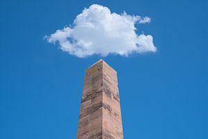 Wolke über dem Denkmal von Sendi Alajbegovic