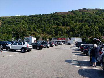 Een parkeerplaats in Frankrijk met Auto's van Wilbert Van Veldhuizen