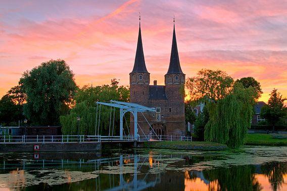 Mooie luchten boven de Oostpoort Delft van Anton de Zeeuw
