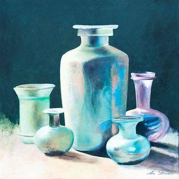 Stilleven van antieke glazen vazen en karaffen in geïriseerde kleuren van Ine Straver