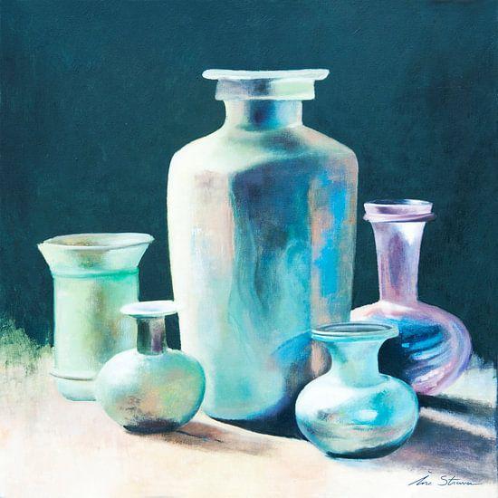 Stilleven van antieke glazen vazen en karaffen in geïriseerde kleuren