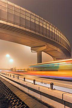 Verhoogde snelweg 's nachts met bewegingsonscherpte van Tony Vingerhoets