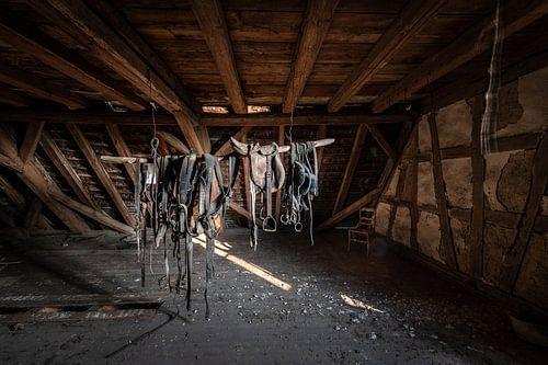 Paardentuig, zadel, halster op zolder van