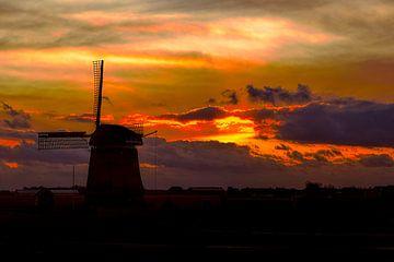 zonsondergang  met molen in Sint Maartensvlotbrug Noord-Holland van eric van der eijk