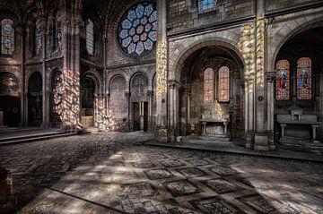 Verlaten Kerk met mooie kleurijke lichtinval. van Beyond Time Photography