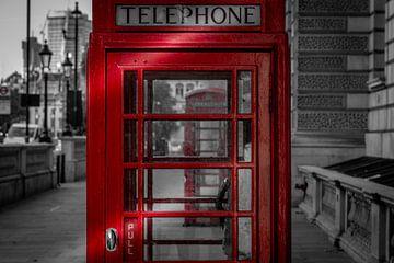 Zwart-Wit: Rode telefooncel doorkijkje van Rene Siebring
