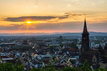 Freiburg im Breisgau stadsgezicht bij zonsondergang van Simon Dux