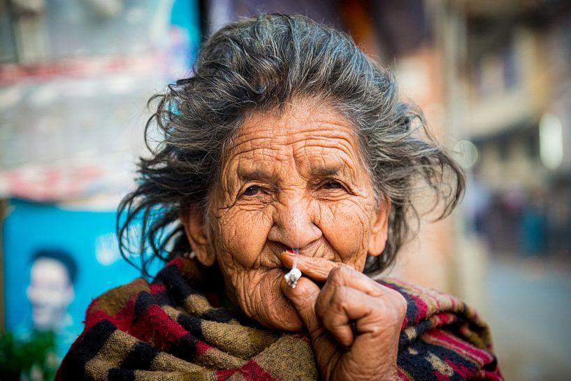 Oude Nepalese vrouw rookt sigaret van Ellis Peeters