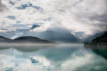 Reflectie van een gletsjer in een meer / Reflection of a glacier in a lake. van Ellis Peeters