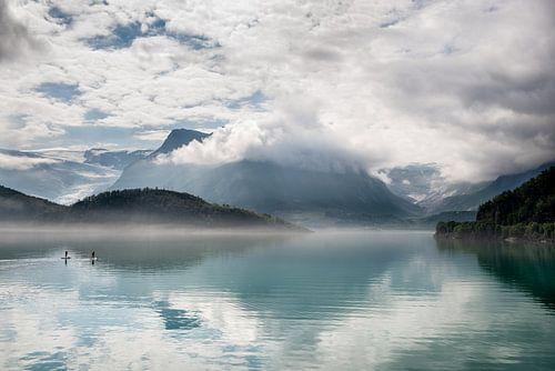 Reflectie van een gletsjer in een meer / Reflection of a glacier in a lake.