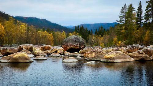 Berg meer met rots stenen