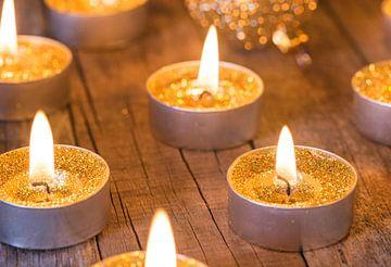 Kerstmis en Advent kaarsen compositie met gouden kerstballen ornamenten van Alex Winter