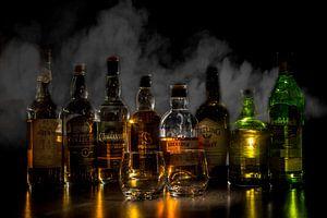Whiskyflaschen mit Rauch im Hintergrund