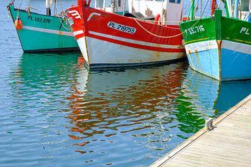 Kleurrijke vissersboten in de haven van Paimpol in Bretagne, Frankrijk tijdens de zomer. van Sjoerd van der Wal