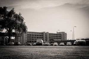 Parkeerplaats uitkijkend op klokgebouw van