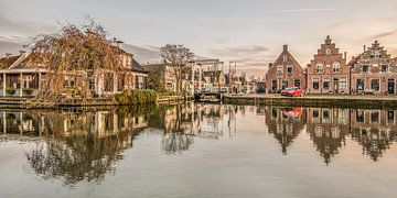 Zonsondergang  en de binnenhaven van Makkum in Friesland van