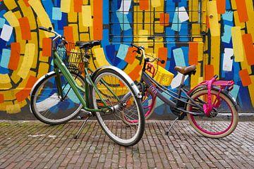 Straßenszene - Radfahren für Grafitti von Sander Vissers