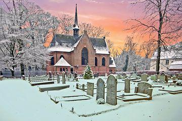 Besneeuwde middeleeuwse stulp kerk in Lage Vuursche Nederland bij zonsondergang sur Nisangha Masselink