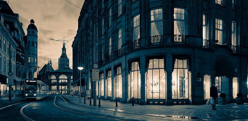 Centrum van Den Haag tijdens de schemering van Raoul Suermondt