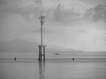 Fischer am Strand von Lovina, Bali (schwarz-weiß) von Daan Duvillier