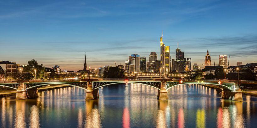 Frankfurt Skyline Panorama van Michael Valjak