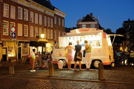 IJswagen op de Maartensbrug in Utrecht van Donker Utrecht
