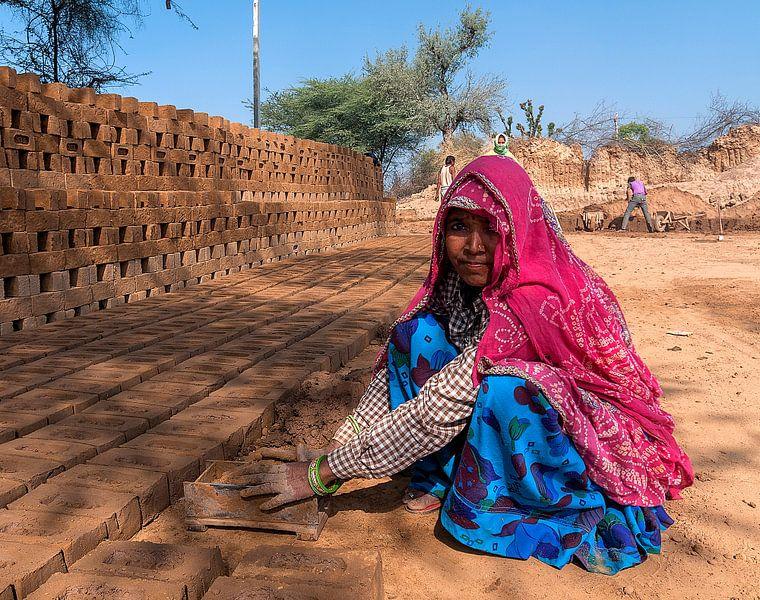India: Arbeider steenfabriek (Barwa) van Maarten Verhees