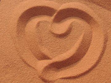 hartje in het zand in Wadi Rum van Nadine Geerinck