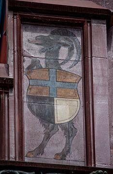 Schild mit Ziege auf dem Dach des Basler Rathauses in der Schweiz von Joost Adriaanse