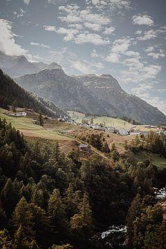 Magisch licht in de italiaanse bergen, rivier en huisjes van Anneloes van Acht